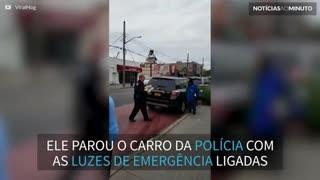 Policial estaciona mal o carro para comprar pizza