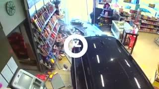 Idoso perde o controle de carro e entra em loja de posto de gasolina